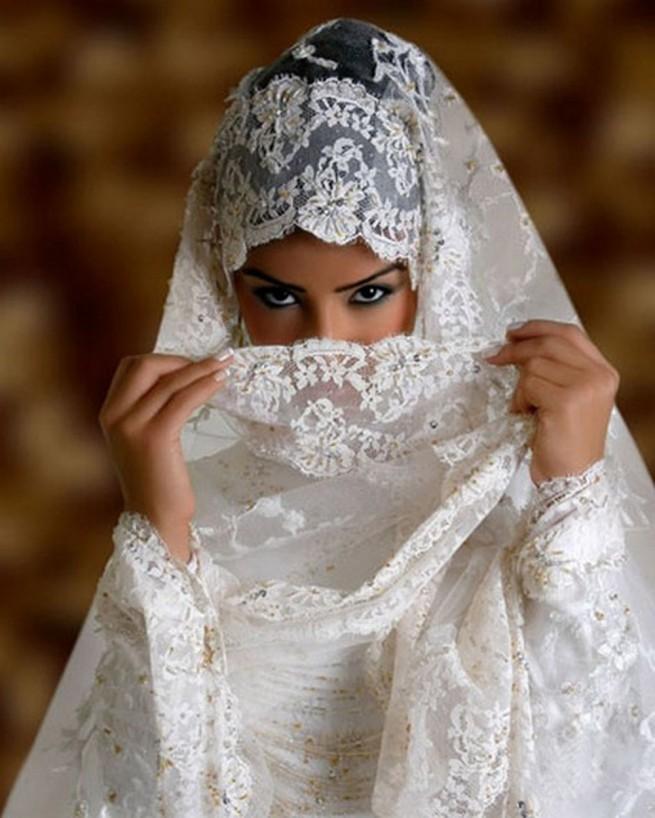 Узкой талией невеста без юбки зажигает кисс